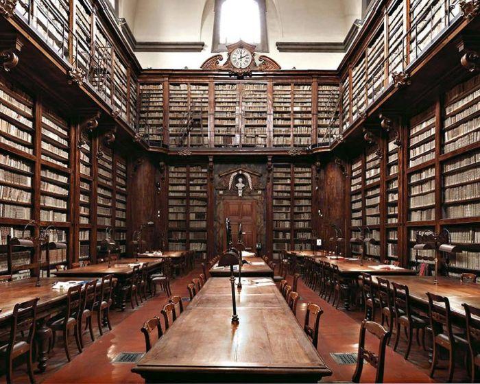 Национальная центральная библиотека построена в середине XVIII века, является колыбелью итальянской ренессансной культуры.