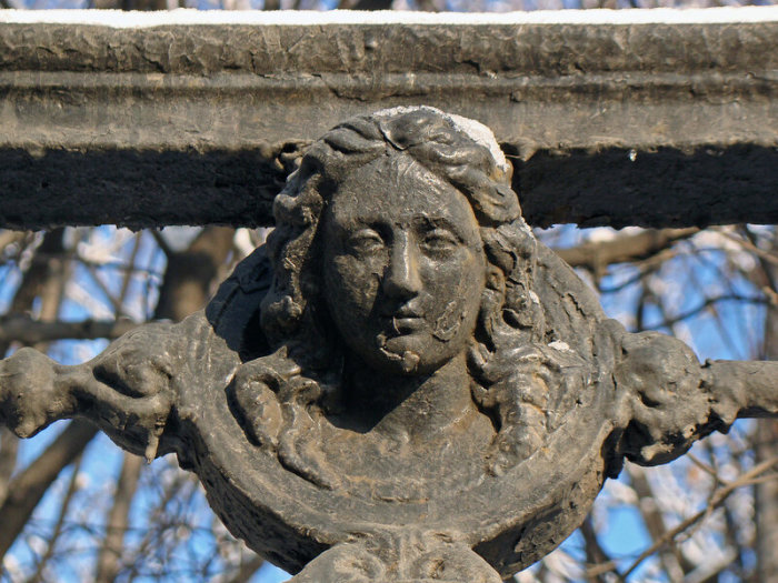 Девушка с сохранившейся части ограды Московского императорского воспитательного дома (вторая половина XVIII века).